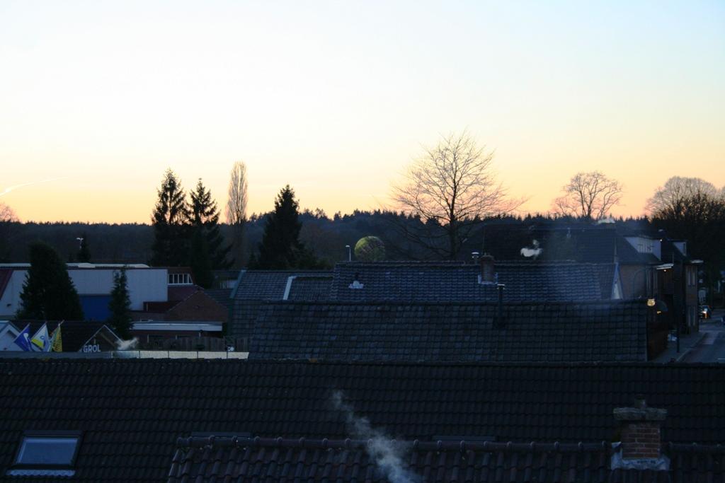 Ballon vanuit appartement bij de school aan de Dorpsstraat gefotografeerd